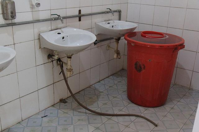 Hà Nội sẽ cải tạo 2.700 nhà vệ sinh chưa đạt chuẩn tại trường học - Ảnh 1.