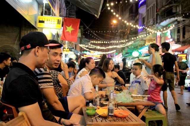Người nước ngoài kinh ngạc trước khả năng uống bia rượu của người Việt - Ảnh 1.