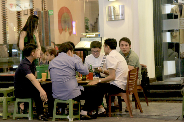 Người nước ngoài kinh ngạc trước khả năng uống bia rượu của người Việt - Ảnh 2.