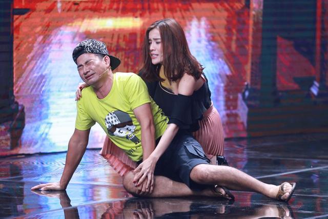 Xuân Bắc được diễn viên trẻ hôn trên sân khấu Nhà cười - Ảnh 4.