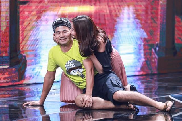 Xuân Bắc được diễn viên trẻ hôn trên sân khấu Nhà cười - Ảnh 5.