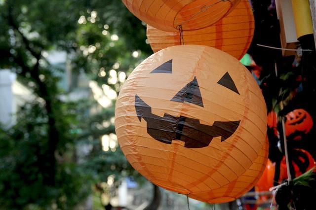Bí ngô Halloween, mặt nạ ma quỷ lên ngôi trên phố Hàng Mã - Ảnh 1.
