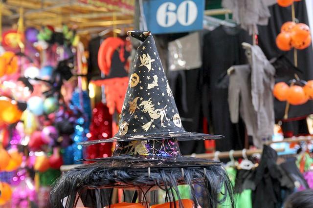 Bí ngô Halloween, mặt nạ ma quỷ lên ngôi trên phố Hàng Mã - Ảnh 14.