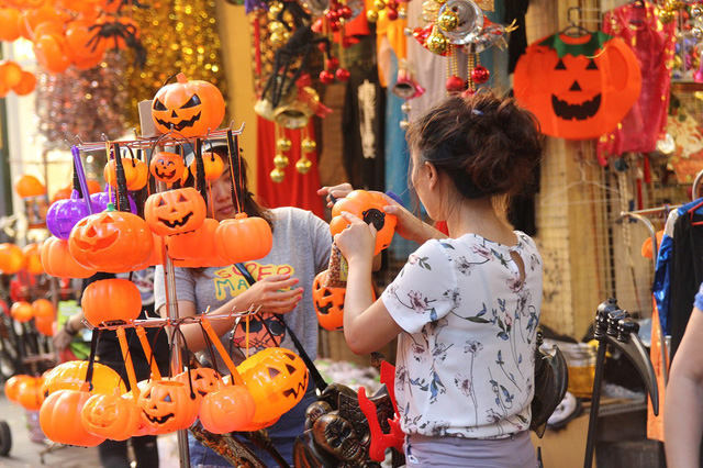 Bí ngô Halloween, mặt nạ ma quỷ lên ngôi trên phố Hàng Mã - Ảnh 6.
