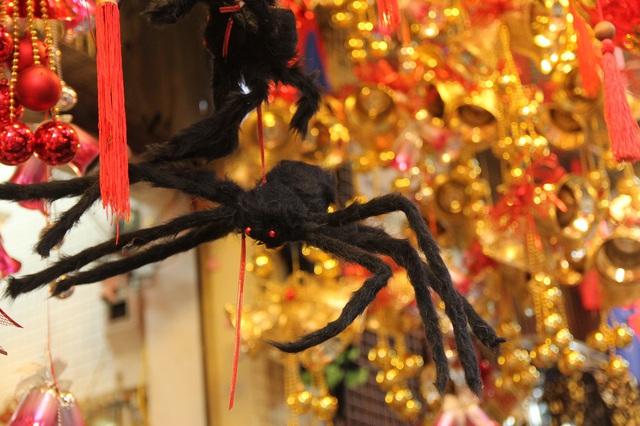 Bí ngô Halloween, mặt nạ ma quỷ lên ngôi trên phố Hàng Mã - Ảnh 13.