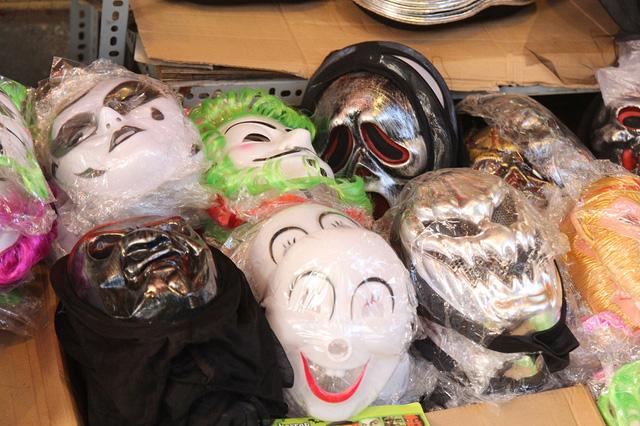 Bí ngô Halloween, mặt nạ ma quỷ lên ngôi trên phố Hàng Mã - Ảnh 7.