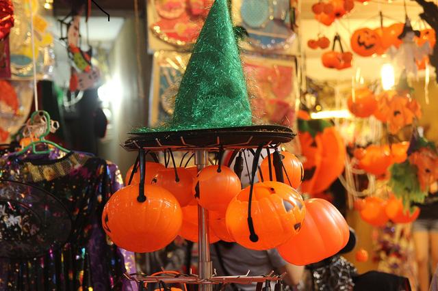 Bí ngô Halloween, mặt nạ ma quỷ lên ngôi trên phố Hàng Mã - Ảnh 3.