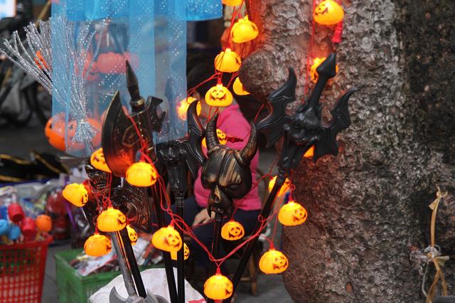 Bí ngô Halloween, mặt nạ ma quỷ lên ngôi trên phố Hàng Mã - Ảnh 4.