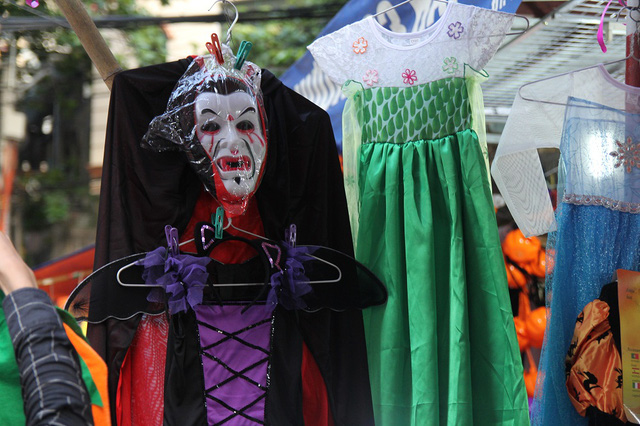 Bí ngô Halloween, mặt nạ ma quỷ lên ngôi trên phố Hàng Mã - Ảnh 8.