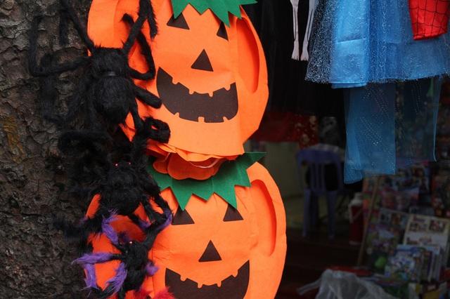 Bí ngô Halloween, mặt nạ ma quỷ lên ngôi trên phố Hàng Mã - Ảnh 2.
