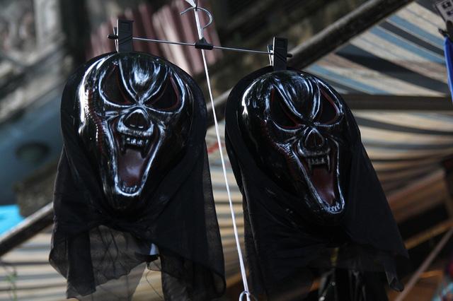 Bí ngô Halloween, mặt nạ ma quỷ lên ngôi trên phố Hàng Mã - Ảnh 9.