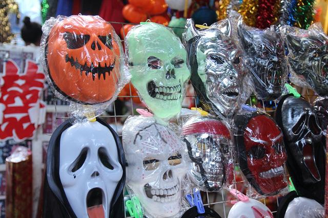 Bí ngô Halloween, mặt nạ ma quỷ lên ngôi trên phố Hàng Mã - Ảnh 10.
