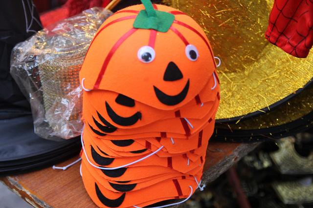 Bí ngô Halloween, mặt nạ ma quỷ lên ngôi trên phố Hàng Mã - Ảnh 5.