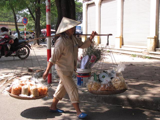 Hà Nội và những gánh hàng rong trên phố - Ảnh 12.