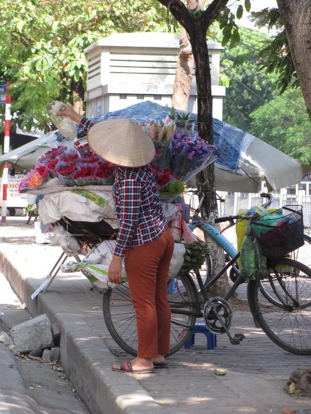 Hà Nội và những gánh hàng rong trên phố - Ảnh 4.