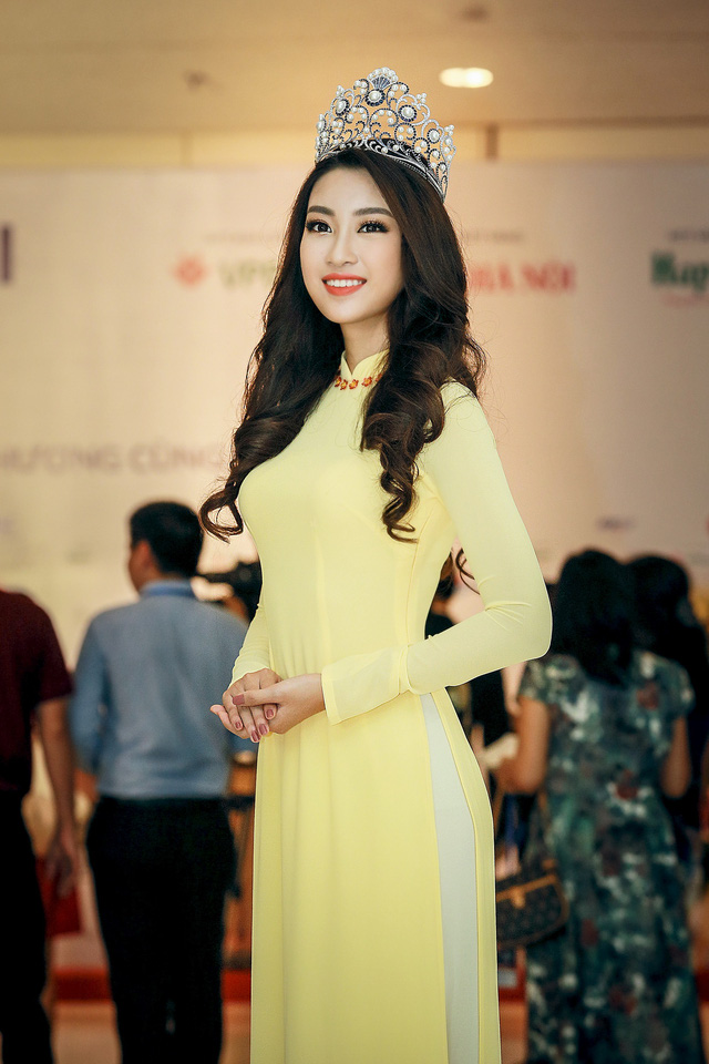 Hoa hậu Mỹ Linh đẹp e ấp trong sắc vàng - Ảnh 1.