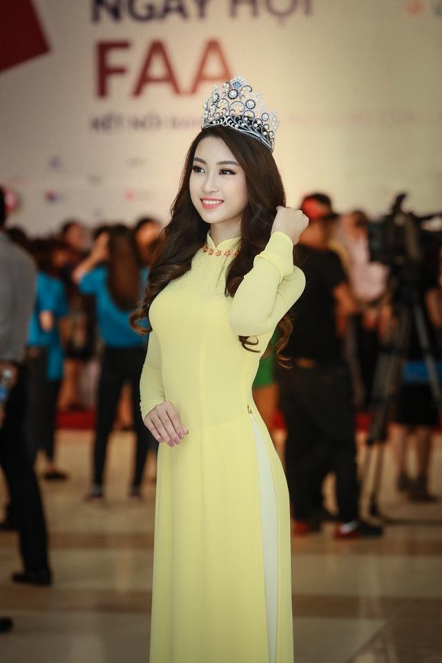 Hoa hậu Mỹ Linh đẹp e ấp trong sắc vàng - Ảnh 3.