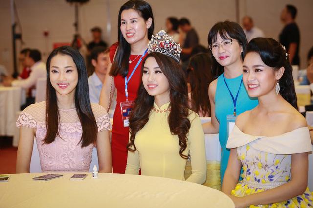 Hoa hậu Mỹ Linh đẹp e ấp trong sắc vàng - Ảnh 8.