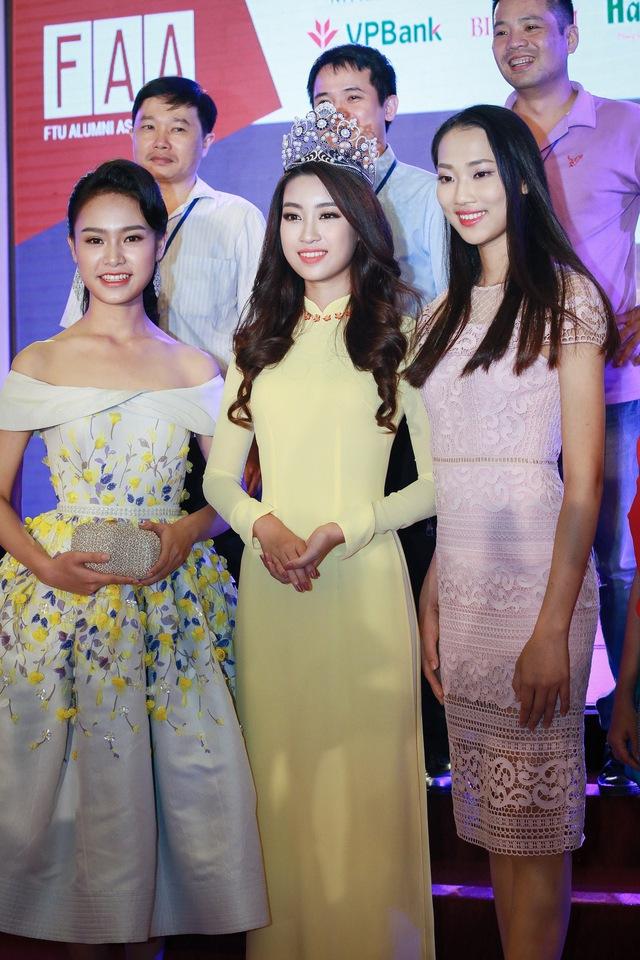 Hoa hậu Mỹ Linh đẹp e ấp trong sắc vàng - Ảnh 9.