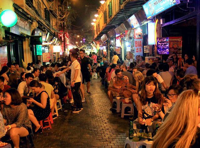 Dự thảo cấm bán rượu bia lúc đêm khuya gây tranh cãi - Ảnh 1.