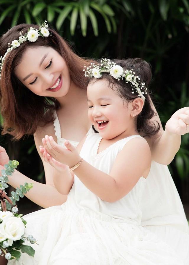 Mẹ con Jennifer Phạm cực đáng yêu trong bộ ảnh mới - Ảnh 1.