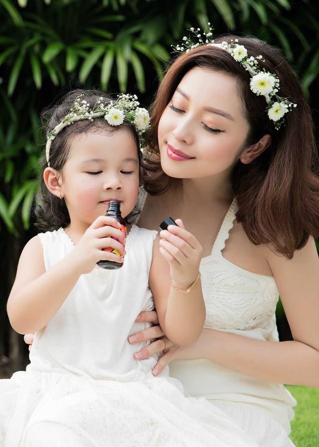 Mẹ con Jennifer Phạm cực đáng yêu trong bộ ảnh mới - Ảnh 2.