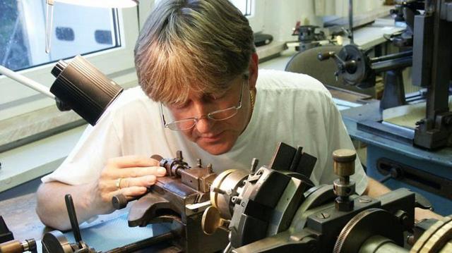 Hai nghệ nhân chế tác đồng hồ đặc biệt tại Đức - Ảnh 1.