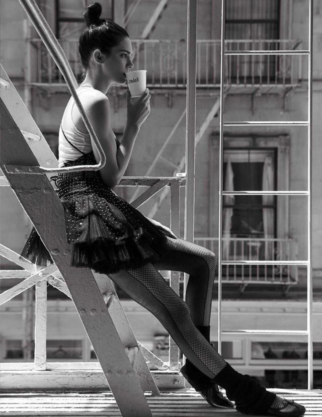 Kendall Jenner khoe eo thon, dáng chuẩn trong bộ ảnh vũ công - Ảnh 8.