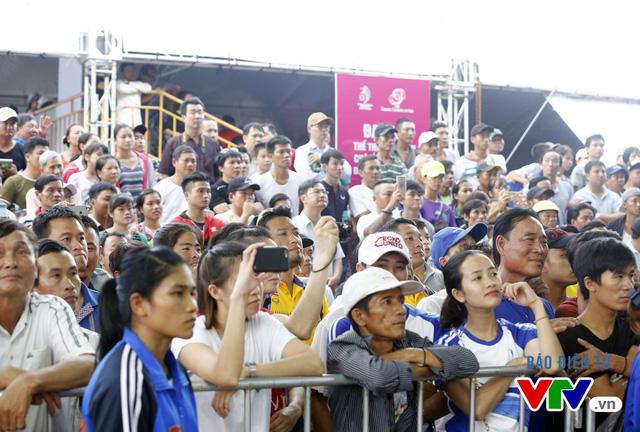 Người dân Đà Nẵng quây kín sàn đấu Muay tại Đại hội thể thao bãi biển châu Á - Ảnh 2.