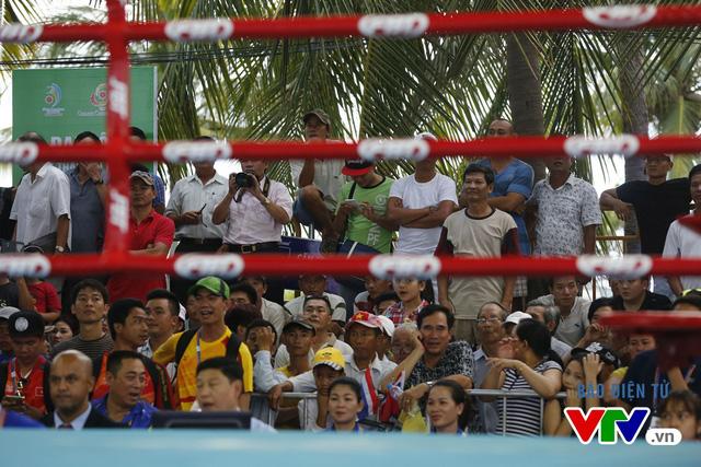 Người dân Đà Nẵng quây kín sàn đấu Muay tại Đại hội thể thao bãi biển châu Á - Ảnh 6.