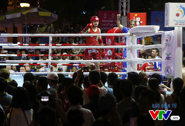 Người dân Đà Nẵng quây kín sàn đấu Muay tại Đại hội thể thao bãi biển châu Á - Ảnh 10.