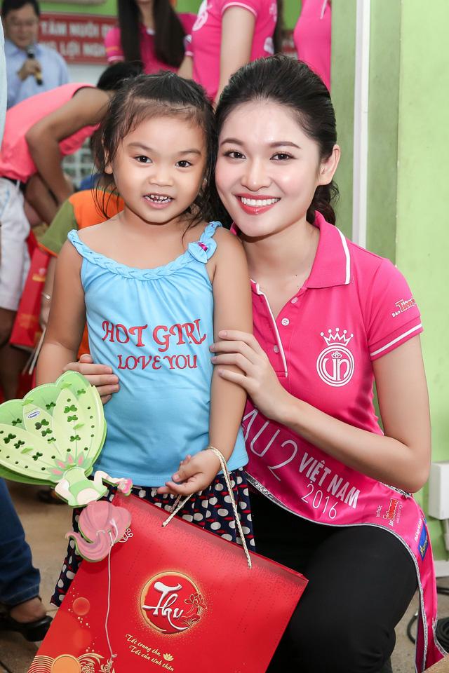 Hoa hậu Việt Nam 2016 đón Trung Thu sớm cùng các trẻ em mồ côi - Ảnh 1.