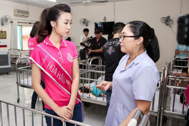 Hoa hậu Việt Nam 2016 đón Trung Thu sớm cùng các trẻ em mồ côi - Ảnh 4.