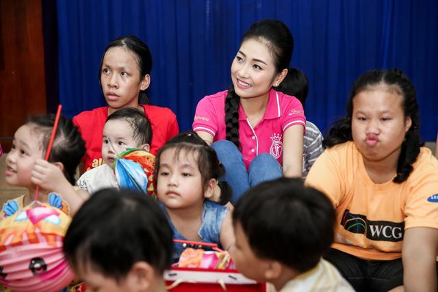 Hoa hậu Việt Nam 2016 đón Trung Thu sớm cùng các trẻ em mồ côi - Ảnh 6.
