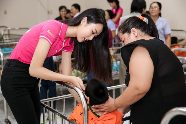 Hoa hậu Việt Nam 2016 đón Trung Thu sớm cùng các trẻ em mồ côi - Ảnh 7.