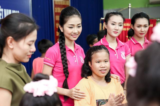 Hoa hậu Việt Nam 2016 đón Trung Thu sớm cùng các trẻ em mồ côi - Ảnh 8.