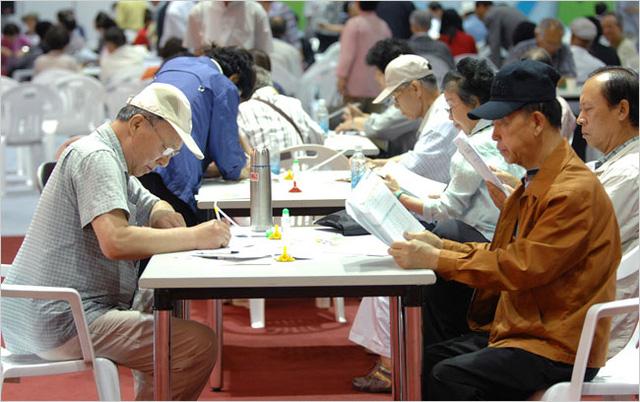 Hàn Quốc: Số người cao tuổi tham gia lực lượng lao động tăng kỷ lục - Ảnh 1.