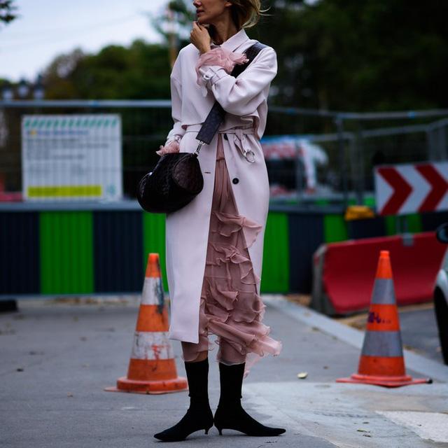 Săm soi áo khoác Thu - Đông cá tính ở Tuần lễ thời trang Paris - Ảnh 1.