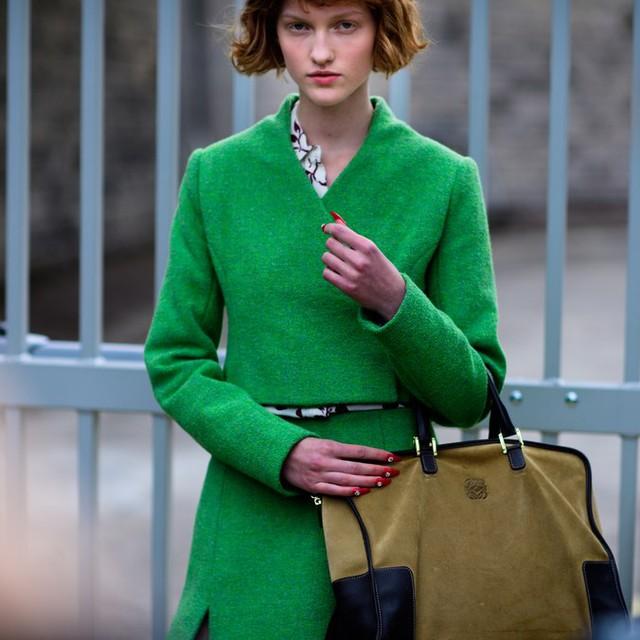 Săm soi áo khoác Thu - Đông cá tính ở Tuần lễ thời trang Paris - Ảnh 2.