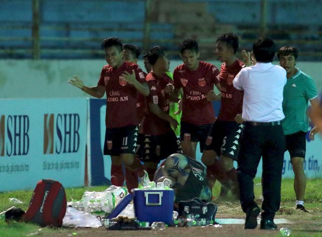Tấn Tài tỏa sáng, Long An ở lại V.League 2017 - Ảnh 3.