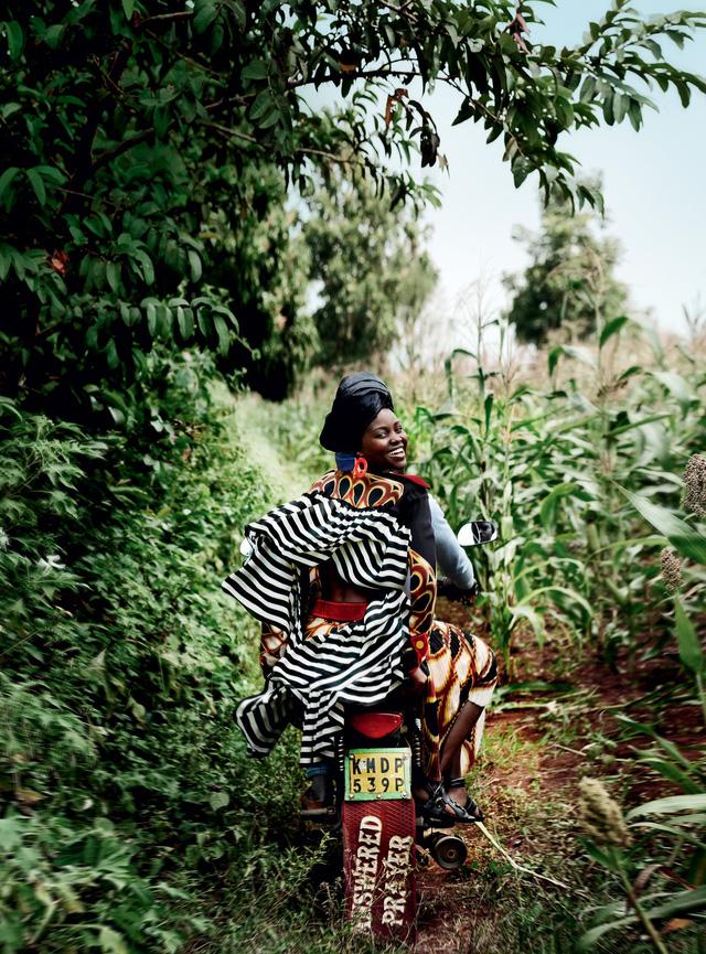 Lupita Nyongo rực rỡ sắc màu ở Kenya - Ảnh 10.