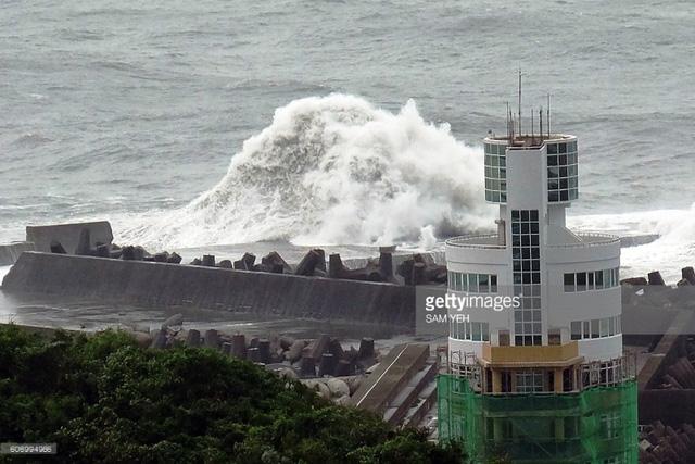 Bão Malakas đổ bộ Đài Loan (Trung Quốc) gây rối loạn giao thông - Ảnh 2.
