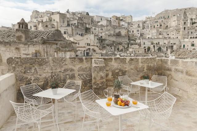 Độc đáo khách sạn hang động xù xì mà sang trọng ở Italy - Ảnh 8.