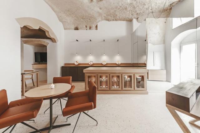 Độc đáo khách sạn hang động xù xì mà sang trọng ở Italy - Ảnh 2.