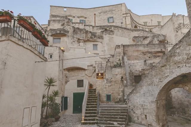 Độc đáo khách sạn hang động xù xì mà sang trọng ở Italy - Ảnh 1.