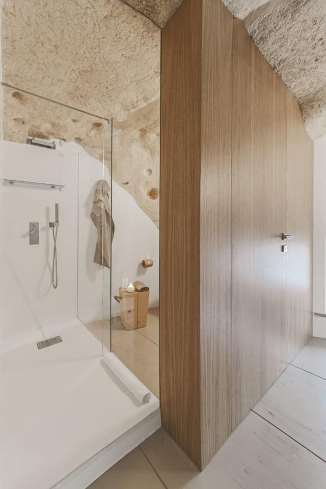Độc đáo khách sạn hang động xù xì mà sang trọng ở Italy - Ảnh 7.