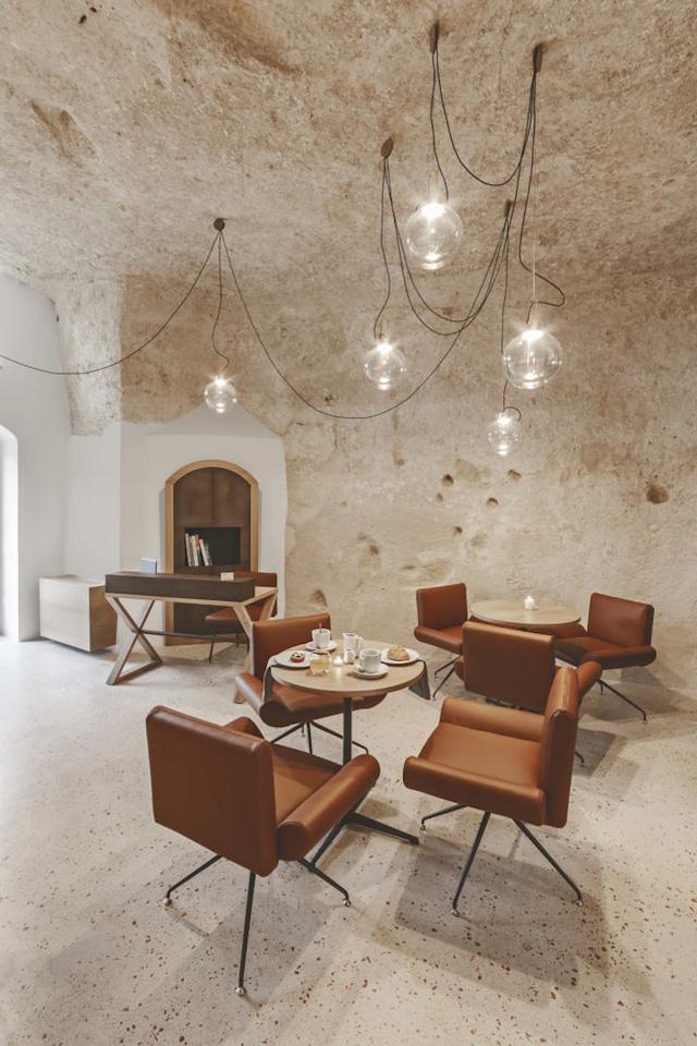Độc đáo khách sạn hang động xù xì mà sang trọng ở Italy - Ảnh 3.