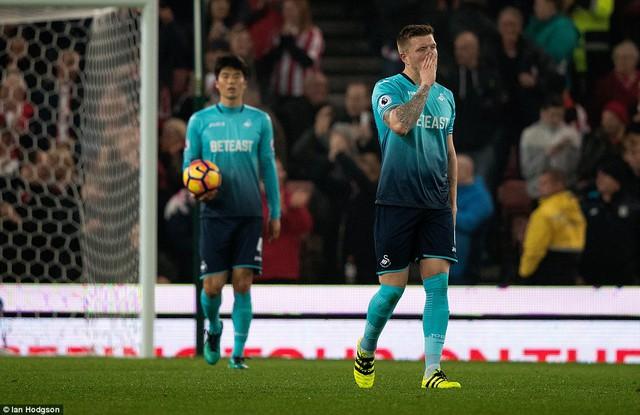 Vòng 10 Ngoại hạng Anh: Bony lập cú đúp, Stoke nhẹ nhàng vượt qua Swansea - Ảnh 3.