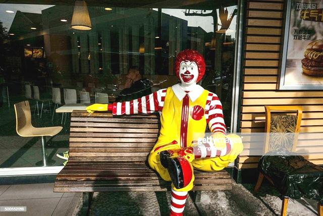 Hãng đồ ăn nhanh McDonald rút linh vật do trào lưu giả hề - Ảnh 1.