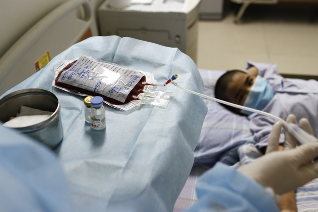 Vì sao nên cắt tóc trước khi điều trị hóa chất cho người mắc ung thư máu? - Ảnh 2.